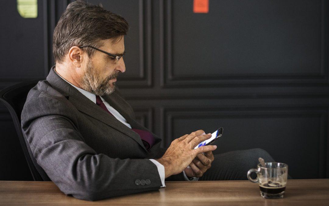 WhatsApp und Outlook auf dem beruflichen Smartphone: Haftungsrisiken für Nutzer und Unternehmen